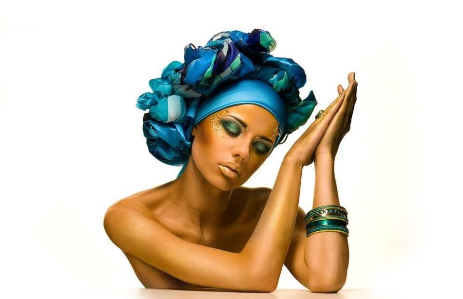 Летний образ девушки в платке на голове