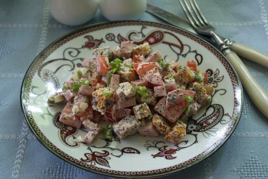 Салат с кириешками, маком и помидорами