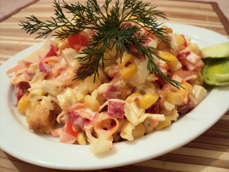 Салат с кириешками и маринованным луком, шпротами
