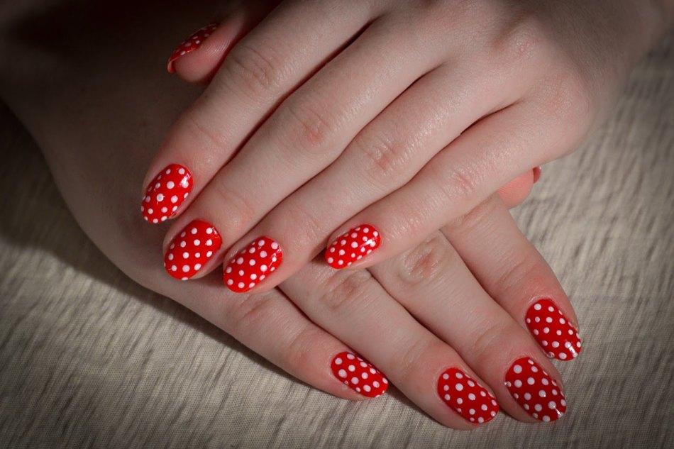 Красные ногти с горохом