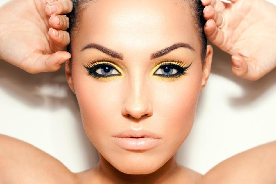 Яркие стрелки - уже повод для того, чтобы сделать макияж губ нейтральным