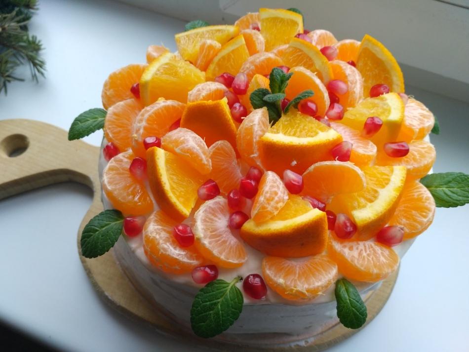 Свежий апельсин и дольки мандарина