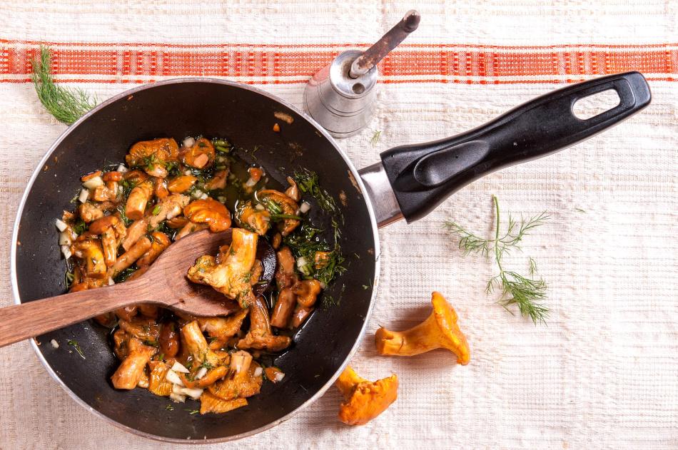 Как пожарить лисички на сковороде с луком и сметаной?