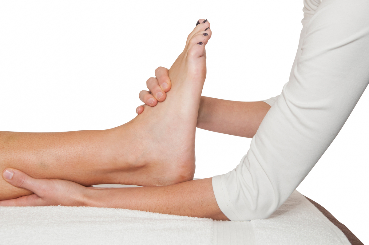 Когда тянет ногу что делать в домашних  45