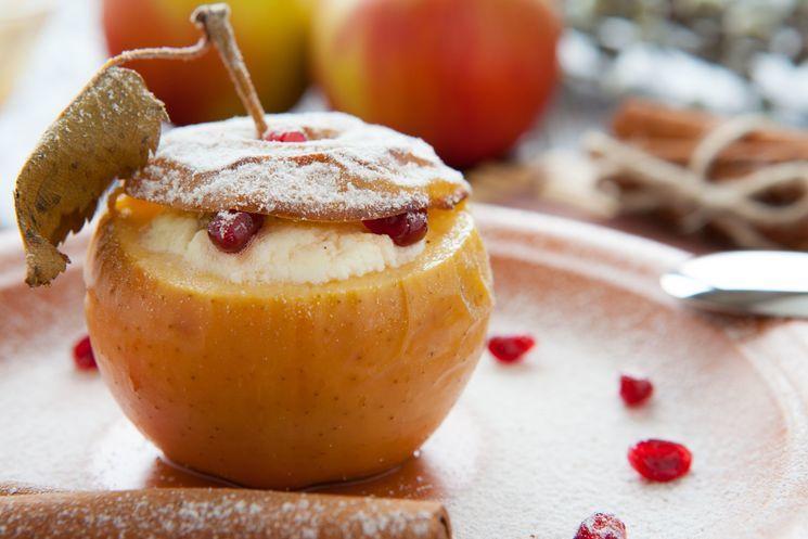 Как вкусно запечь яблоки с медом и творогом в духовке, микроволновке, мультиварке: рецепт