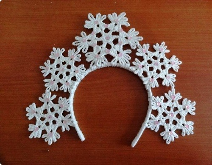 Как связать крючком корону для девочки на утренник: схема и описание. Виды вязаных корон крючком для костюма снежинки: фото