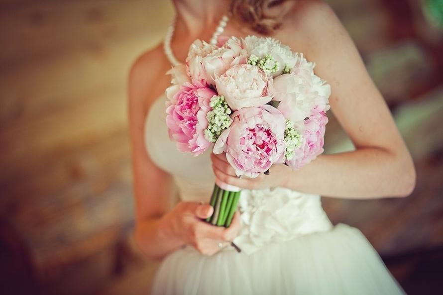 свадебный букет из пионов. фото