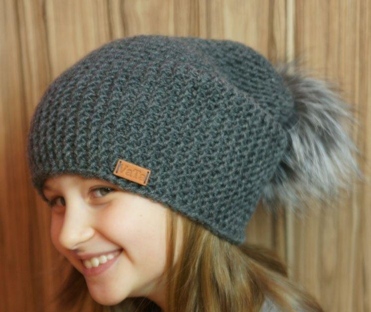 На девочке серая модная шапка бини, связанная спицами