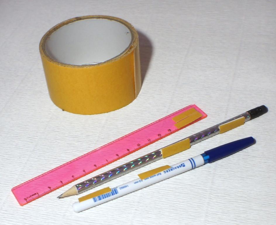 Примерно так нужно наклеить скотч на школьные принадлежности для декора конфетной коробки