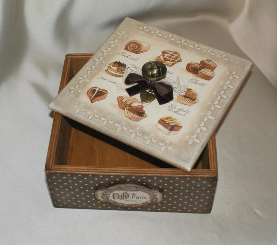 Вот такой можно сделать красивый короб для конфет ручной работы
