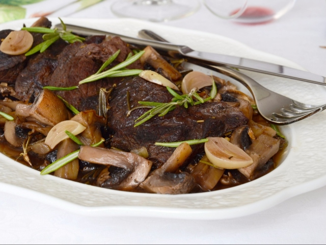 как приготовить говядину с черносливом в духовке