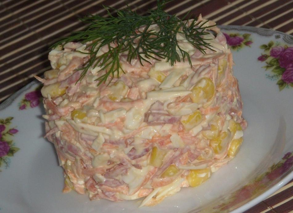 Салат с ветчиной и грибами и плавленным сыром