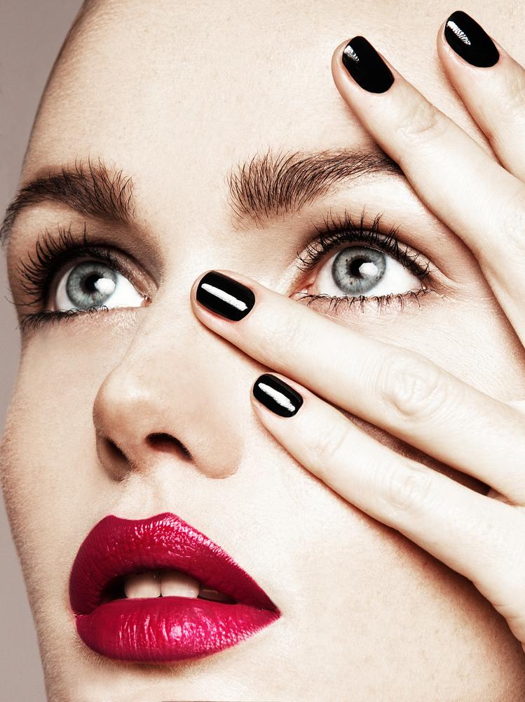 Светлокожим леди в макияже губ нужно использовать холодные отенки красного