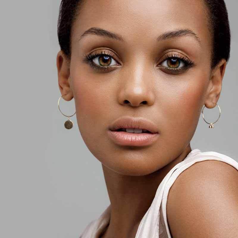 Узколицым девушкам рекомендуется в макияже губ воспользоваться блеском