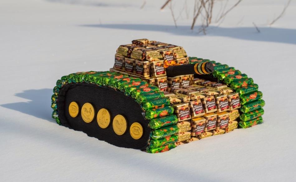 Мальчикам можно соорудить вот такой танк из конфет