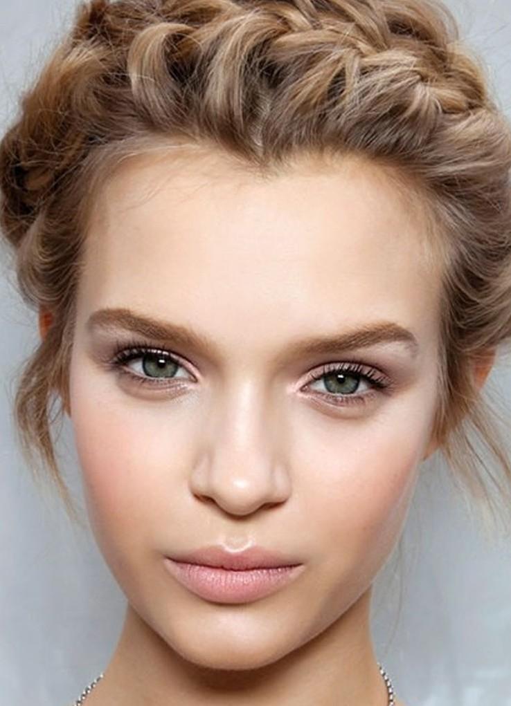 Женщинам с бледной кожей следует выбирать для макияжа губ светлые оттенки