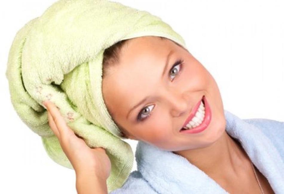Чтобы маска лучше подействовала, волосы нужно укутать в большое банное полотенце