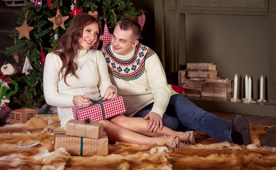 Идея для фото: распаковывание подарков под елкой