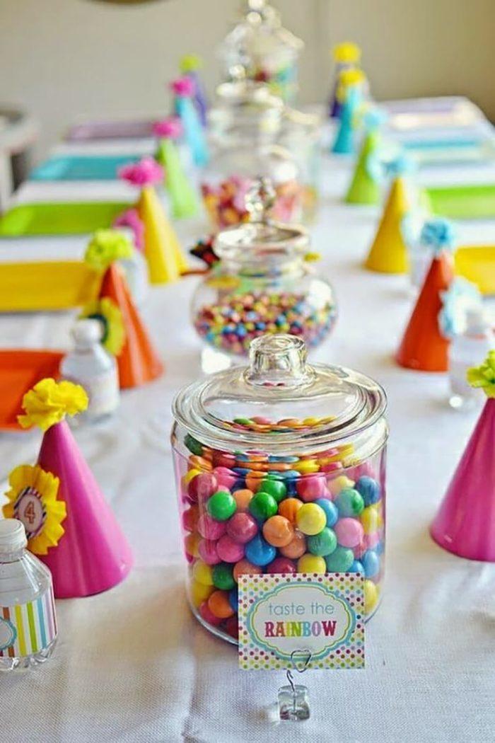 Стол на день рождения, в том числе и детский, можно украсить такими конфетками россыпью в красивой стеклянной посуде