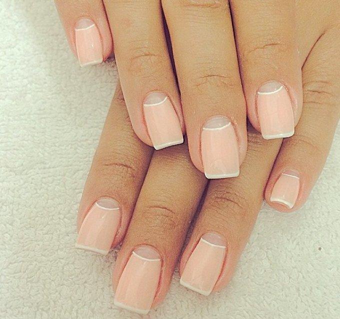 Маникюр персикового цвета с лунками