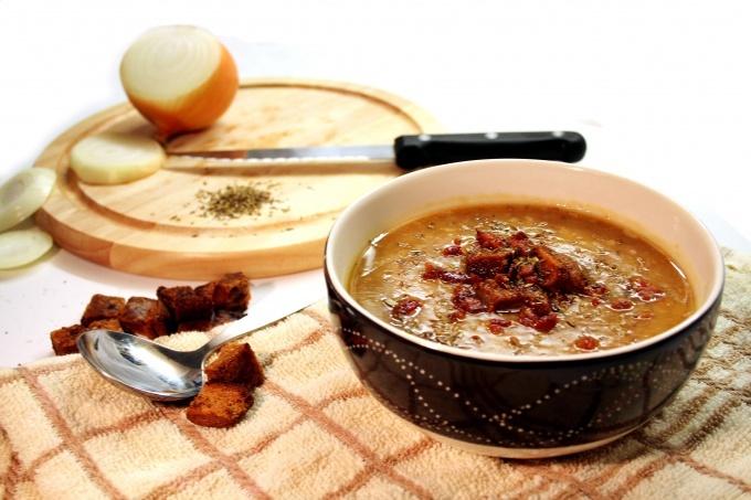 Черные бородинские сухарики с чесноком из бородинского хлеба: рецепт