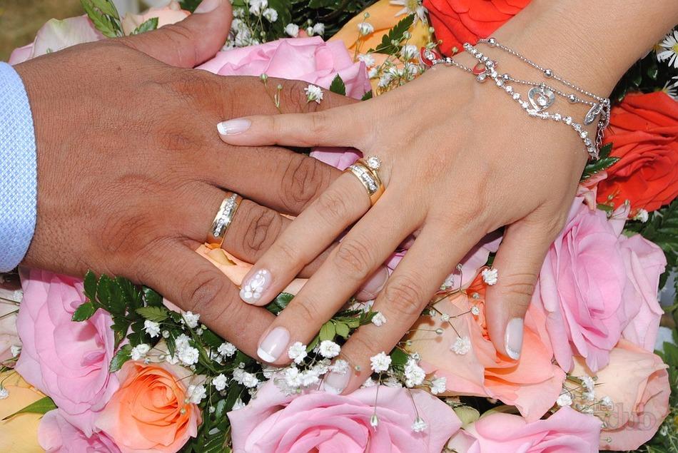 Кто покупает кольцо на свадьбу невесте