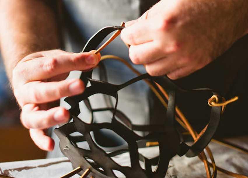 Продевание верёвочек и завязывание узлов на подвесном кашпо
