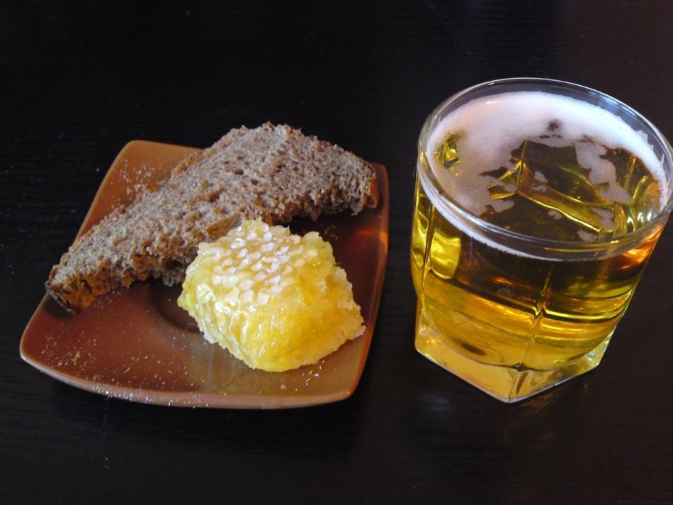Польза черного хлеба с маслом и медом