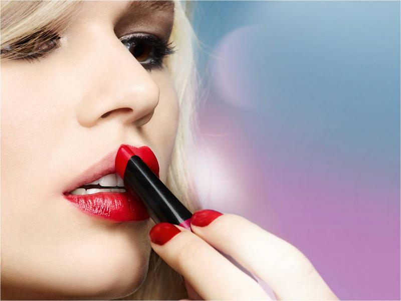 Наносить помаду в макияже губ нужно от центра к краям, даже если она наносится не кисточкой