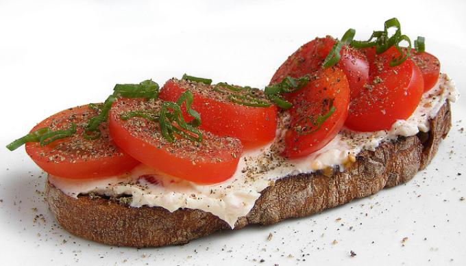 Бутерброд на черном хлебе с растительным маслом, солью, овощами и творогом - просто и очень вкусно.