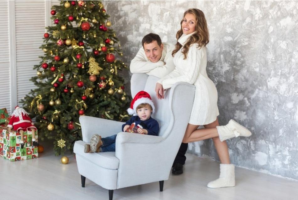 Идея для фото: кресло возле елки