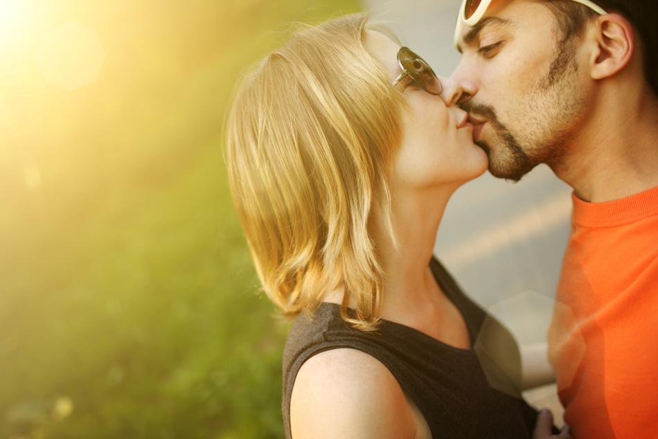 Если парень при поцелуе кладет свою руку