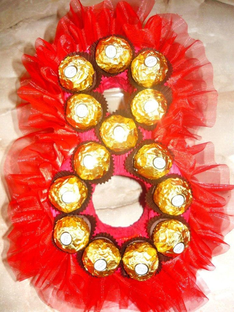 Цифра 8 из конфет - самое простое и вкусное решение подарка на международный женский день