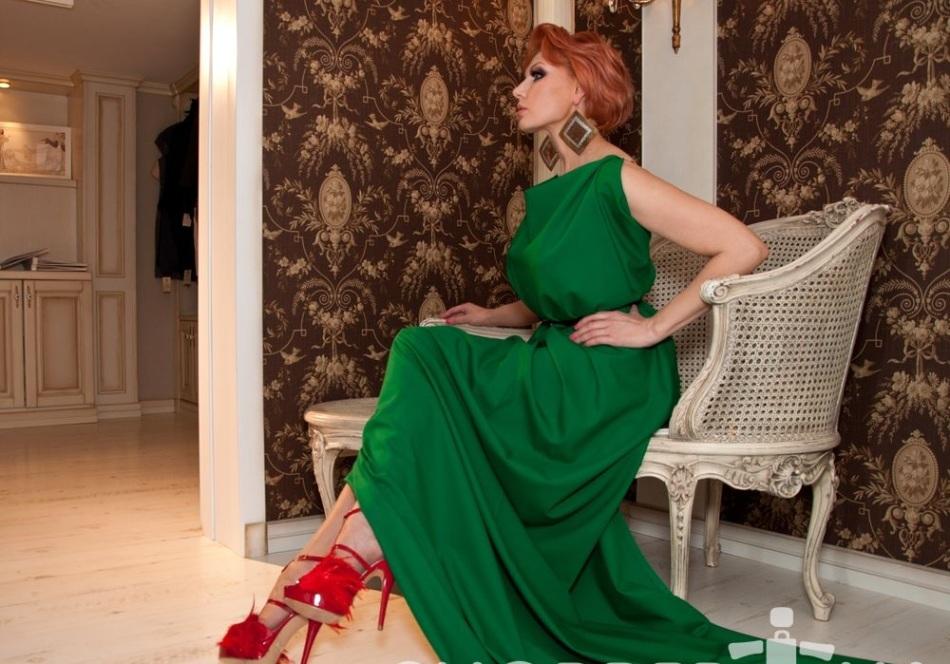 Зеленое с красным платье