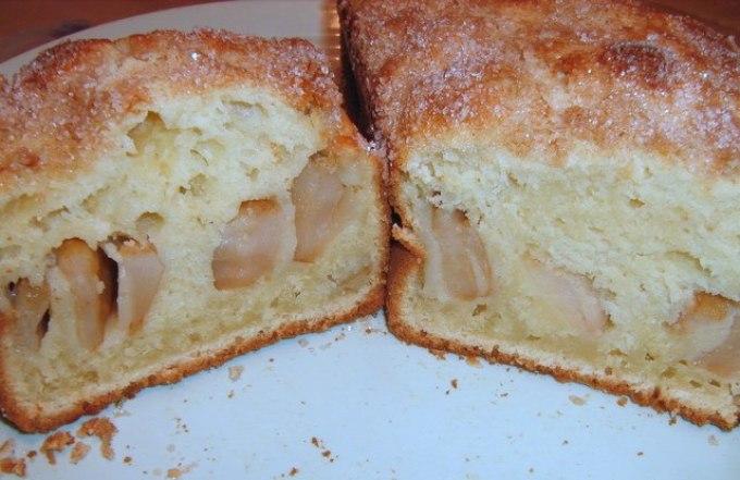 Кекс с яблоками в разрезе.