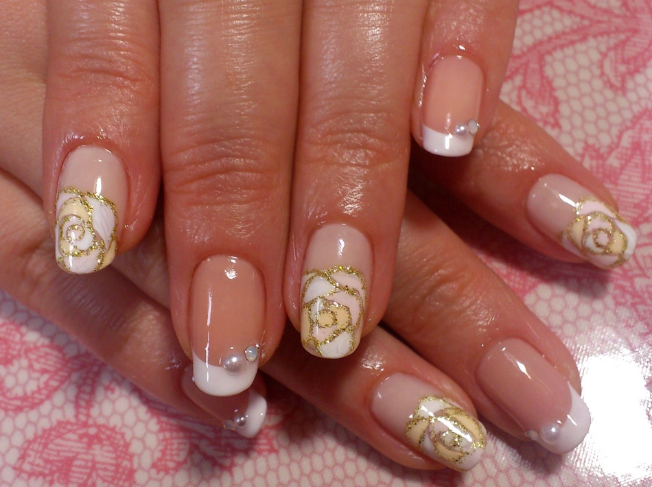 Маникюр с золотыми розами