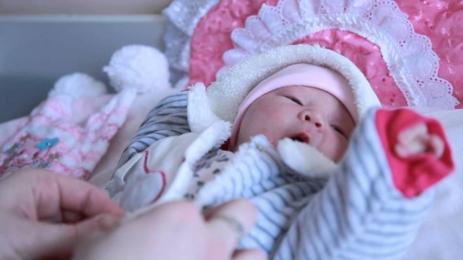Выписка малыша из роддома зимой видео