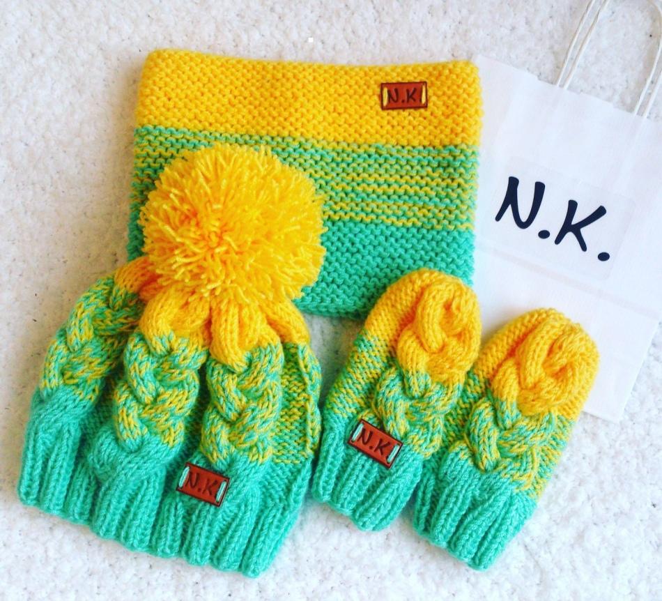 Пестрая шапка и варежки с желтой отделкой