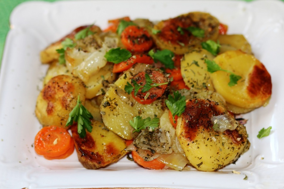 Картошка с морковкой и курицей в духовке