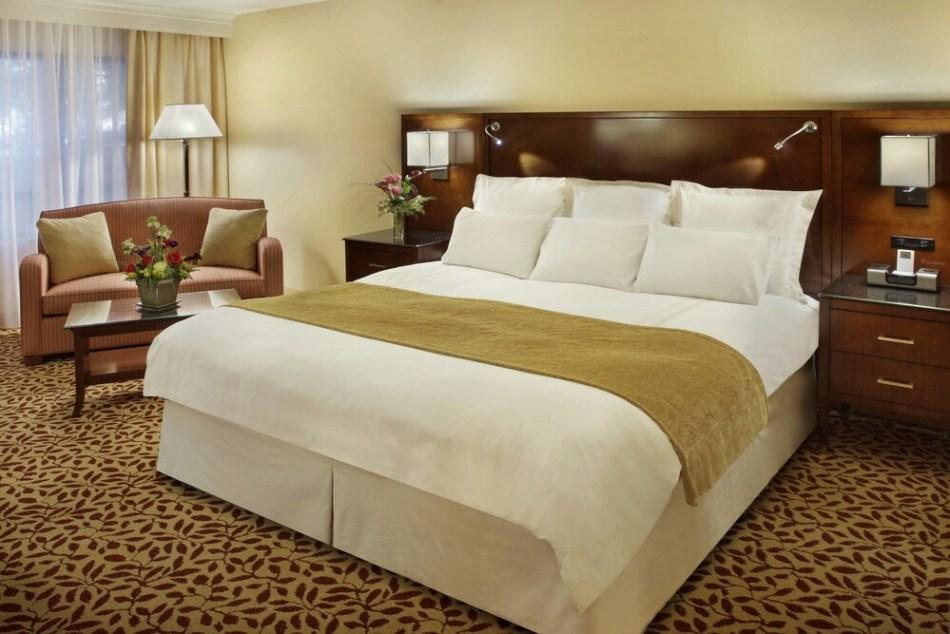 Кровать в отеле marriott