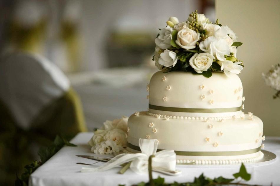 Торт свадебный с живыми цветами