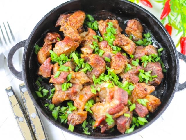 Жареная свинина кусочками на сковороде