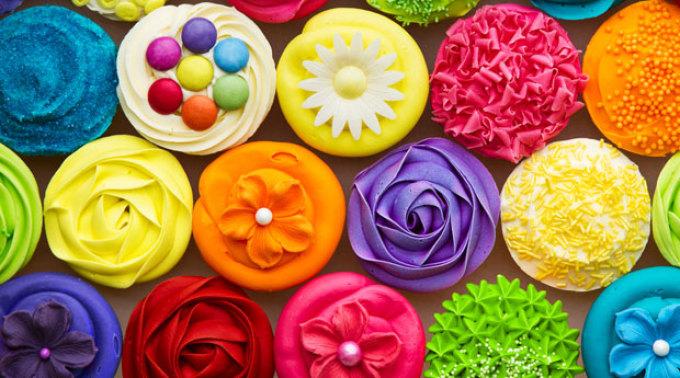 Пирожные с мастикой разных цветов с пищевым красителем