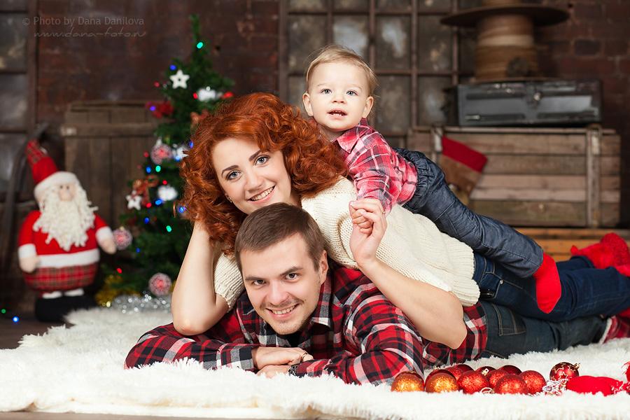 Идея для фото: семья лежит на ковре
