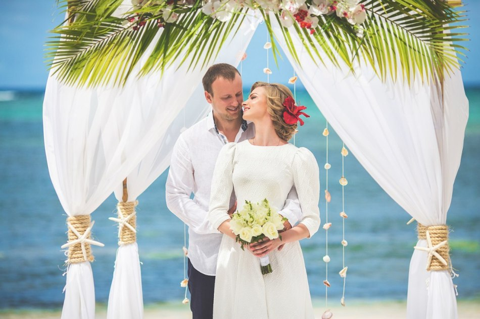 Невеста поздравляет жениха