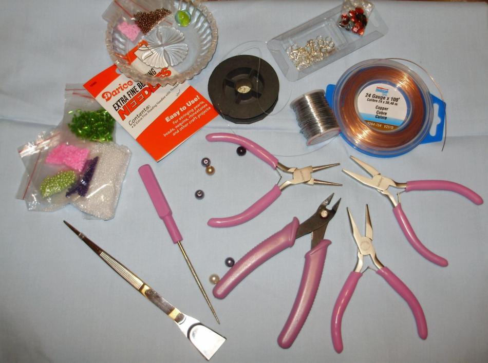 Инструменты и материалы для плетения браслетов из бисера.