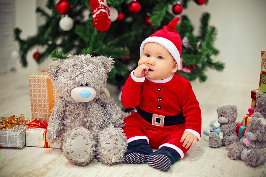 Идея для фото: малыш в новогоднем костюмчике