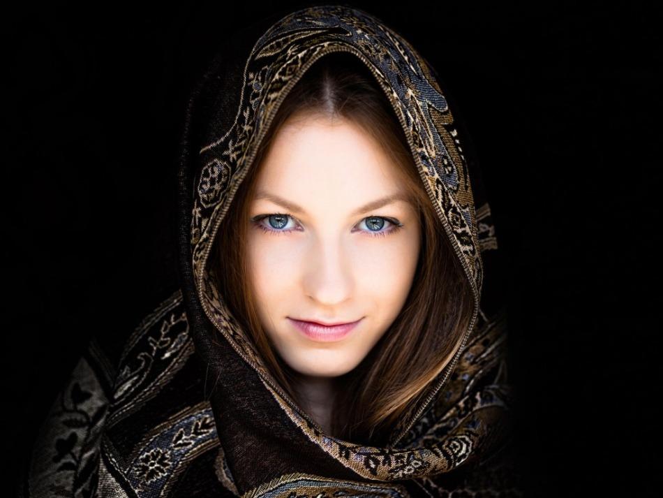 Как красиво завязать платок на голове в осенне-весенний период времени?
