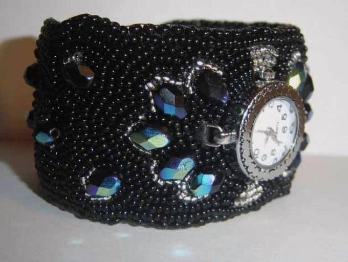 Часы с широким ремешком из бисера.