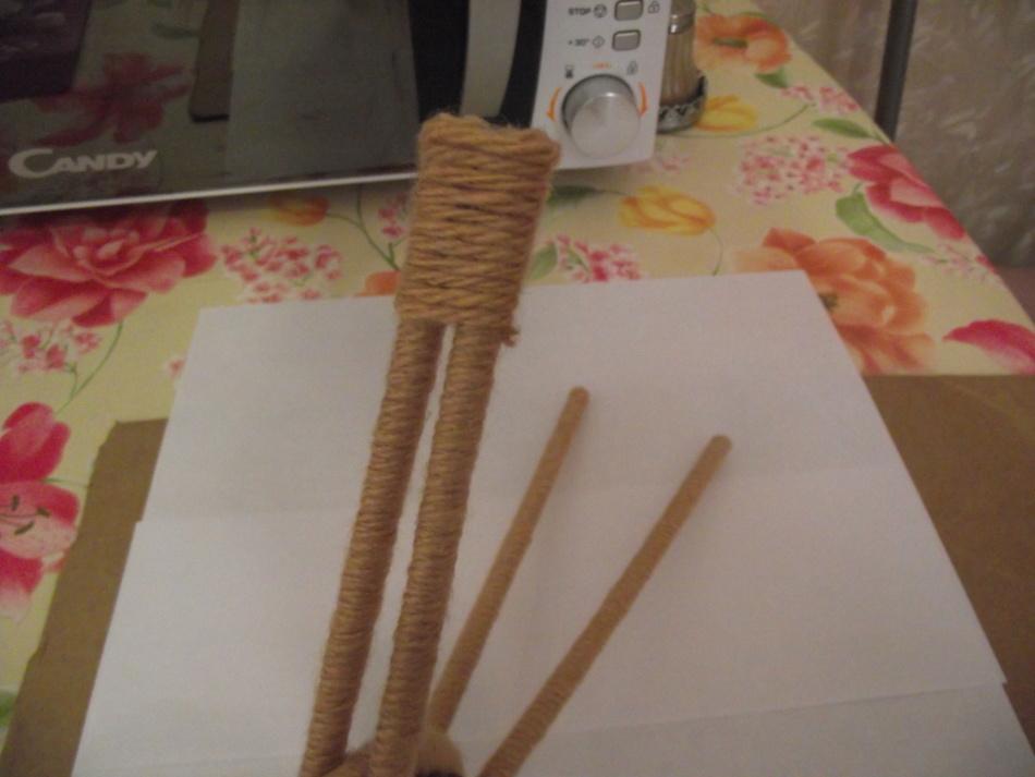 Перематывание палочек шпагатом в процессе создания кашпо